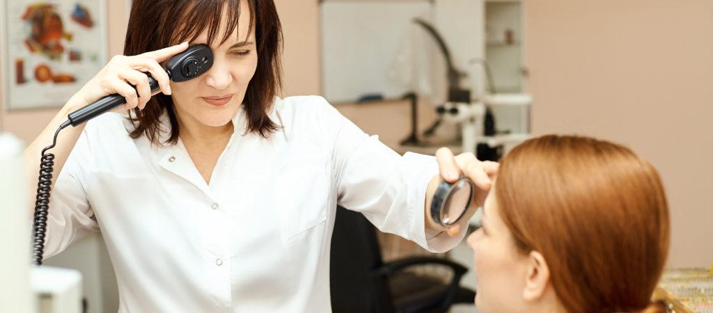 Augenärztin bei der Skiaskopie - Augenuntersuchung von Kindern